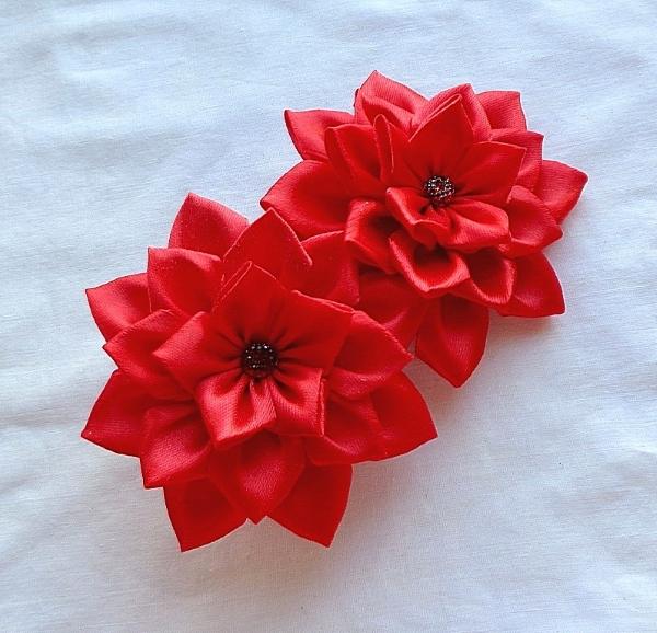 Резинка для волос в технике канзаши Красный цветок – атласная лента черного цвета в белую полоску – серединка стеклянные стразы – в интернет-магазине annarose.com.ua